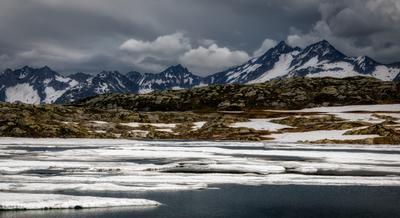 тает лед горы озеро