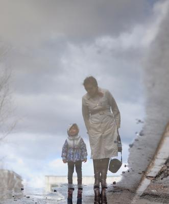 отражения ребенок девочка весна отражения лужа