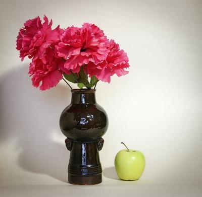 Ваза с искусственными цветами. Этюд ваза цветы яблоко
