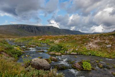 В горах Горы камни река мох кусты скалы небо кольский полуостров ловозеры тундры