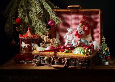 Волшебный кейс Деда Мороза. новый год старый поздравление открытка картинка елочные игрушки карусель елочка еловые ветки часы шар бусы