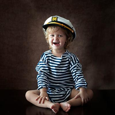 морячка ребенок, моряк, темный фон, естественный свет