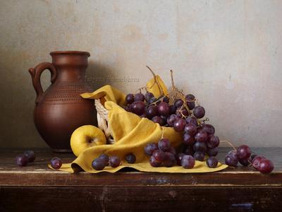 Еще раз про красный виноград натюрморт виноград кувшин яблоко