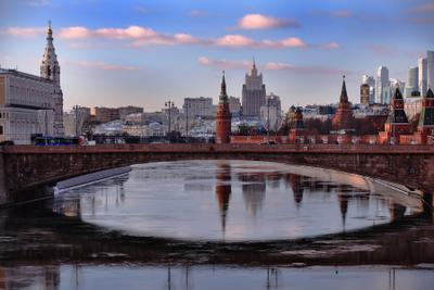Москва такая разная... Как красна-девица на берегу стоит. Любуясь отражением в Москву-реку глядит. Москва город столица