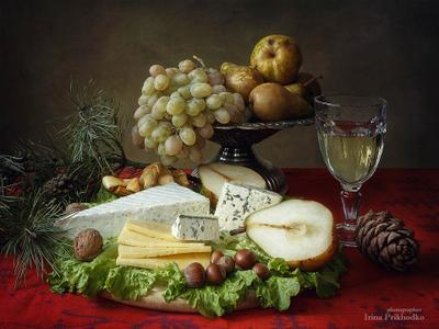 ***Новогодняя сырная тарелка натюрморт праздник еда и напитки праздничный стол сыры фрукты