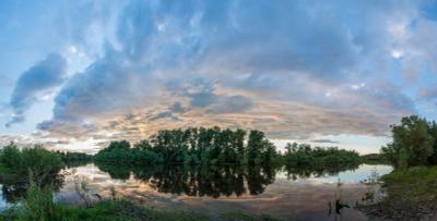 Просто красивый вечер. река берег пейзаж деревья вода вечер закат сумерки небо облака
