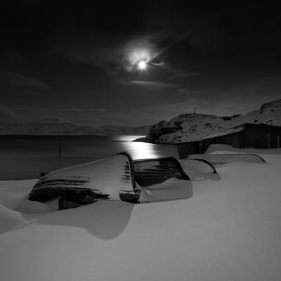 Под одеялом туч лодки ночь снег луна териберка арктика баренцево