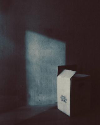 натюрморт с картонной коробкой
