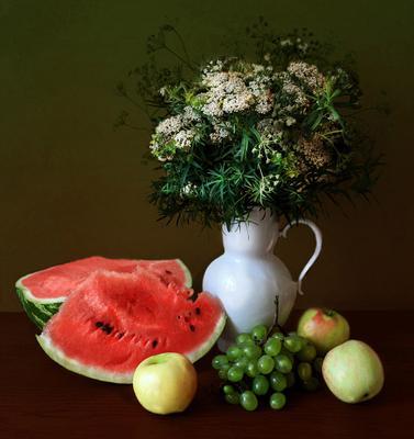 цветочно-фруктовый натюрморт арбуз, виноград, яблоки, кувшин, полевые цветы, осень