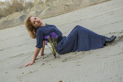 Портрет с синим цветком. женщина цветок дорога