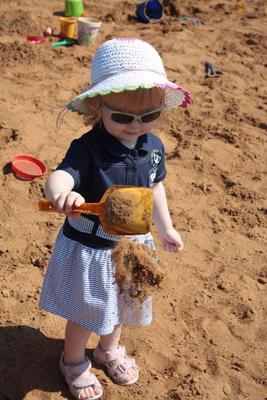 в песочнице девочка, песочница, песок, игра