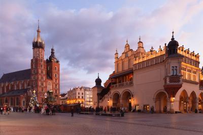 На закате дня в Кракове Польша Краков Главный Рынок Мариацкий костёл закат Старый город Святой Марии