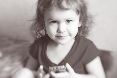 *** девочка черно-белое фото серьезный взгляд