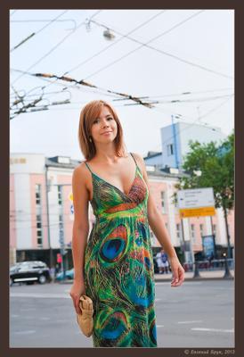 Фото 1.4-50 Большой Город лето август летний день улица бульвар здания провода контактная сеть девушка платье узоры прогулка встреча привлекательность взгляд улыбка