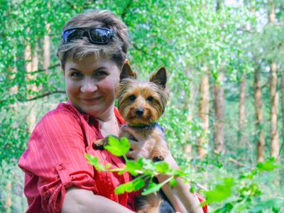 а вот и мы Россия лес жара июнь портрет животные собачки женщина дача