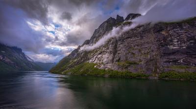 КУРЯЩАЯ ГОРА. НОРВЕГИЯ. ГЕЙРАНГЕР. гора облака Норвегия Гейрангер