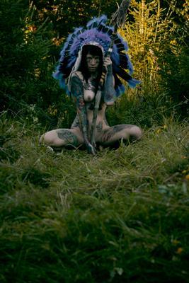 Indian девушка тату женщина роуч индианка индеец синий татуированная раскраска копье грудь ню эротика обнаженная лес зеленый