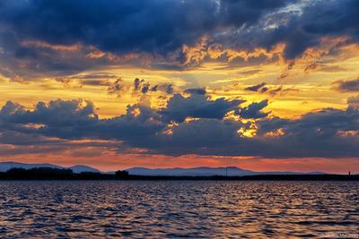 Закатные силуэты закат небо тучи озеро горы