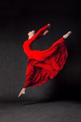Полет балерина балет платье красное студия театр искусство прыжок полет