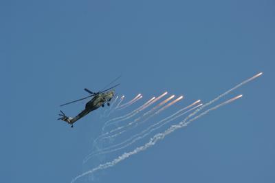 Вертолёт Ми-28Н отстреливает тепловые ловушки вертолёт Ми-28Н отстрел тепловые ловушки авиашоу Ростов-на-Дону 2017