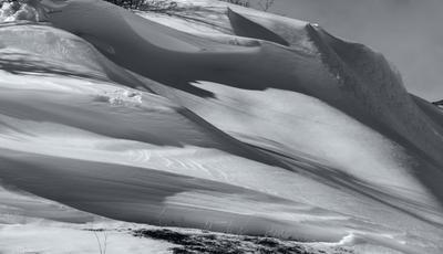Нетронутый снег снег зима горы природы сугробы тени чб