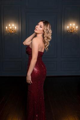 Дама в красном платье Девушка портрет блондинка студия платье