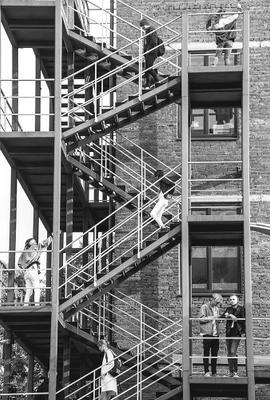 Уровни люди лестница Москва город стрит черно-белая чб монохромная флакон