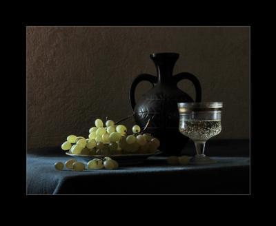 С виноградом Натюрморт жанр бокал светотень композиция
