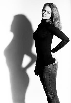Она и её тень девушки стиль красота мода студия свет модель портрет