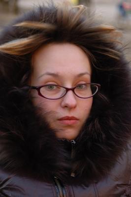 Лена девушка капюшон чёлка ветер очки