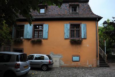 Дом с голубыми ставнями на окнах