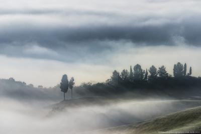 Италия. Тоскана. Двое на холмах долины Val d'Orcia европа италия тоскана тосканский орча пейзаж панорама туман красота страна кипарис рассвет ферма дом поле сад холм холмы итальянский легкий утро загадочный природа дорога провинция декорации живописный восход дерево долина вилла виноградник вино
