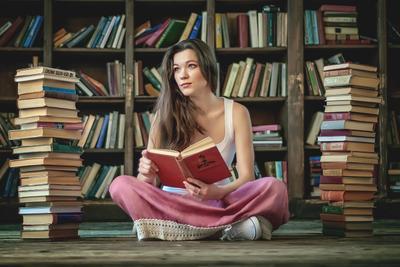 Путь к знаниям Красивая девушка книги библиотека много книг длинная юбка розовая