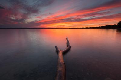 Рука Закат озеро облака отражение