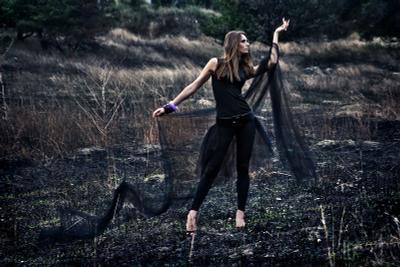 Клянись... Яна Соснова девушка черный силуэт фигура выжженная земля