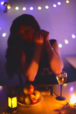 Домашняя романтика гирлянды свечи вино