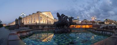 Манежная предрассветная Москва Манеж фонтан сумерки отражения