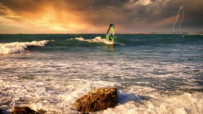 Навстречу грозе Севастополь море волны небо облака серфер берег молния