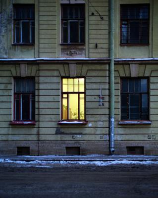 Ленинград. В окне видна женщина в белом халате, которая поливает цветы, стоящие на шкафу. Слякоть.