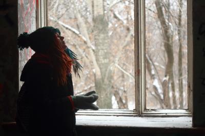*** Портрет зима девушка красивая дредды руки варежки шапка лицо фон окно рама деревья рыжий голубой синий размытие размытость индустар