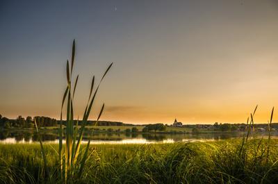 Вечер на озере в Подмосковье .