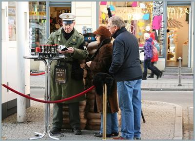 """Документы """"проверяют"""" до сих пор... Берлин туристы проверка документов"""