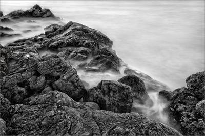 Тихий прибой пейзаж море скалы волны ч б длинная экспозиция