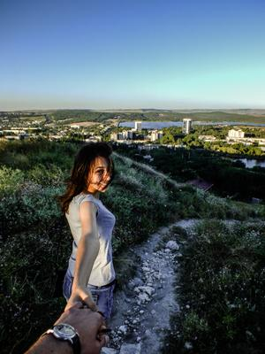 Следуй за мной девушка горизонт горы ветер тропинка солнце лето