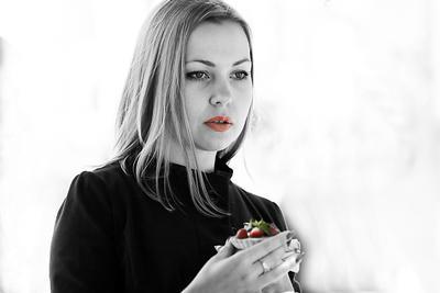 Girl with strawberry девушка клубника блондинка десерт