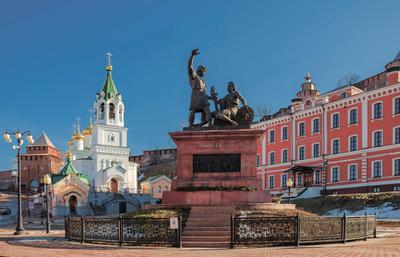 Памятник Минину и Пожарскому в Н. Новгороде .