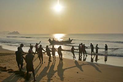 Рыбаки 4 рыбаки лодка Шри-Ланкаб восход