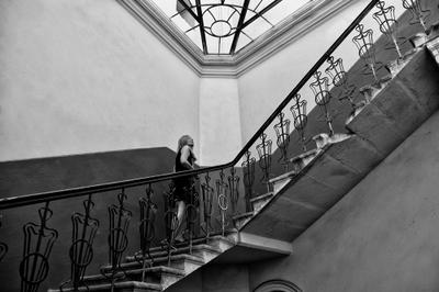 Исследуя своё одиночество. Лестница лестница Львов девушка поднимается