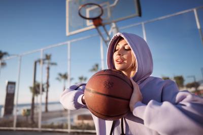 с баскетбольным мячом баскетбол баскетбольный мяч портрет восход