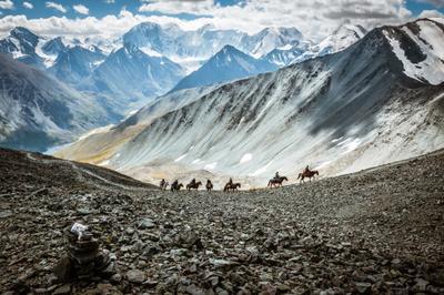 Караван на п. Кара-Тюрек Кара-Тюрек Белуха Алтай пейзаж караван горы аккем